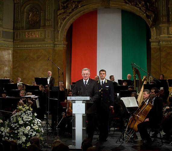 Mindeközben a kormány és Schmitt Pál köztársasági elnök az új Alaptörvényt ünnepelte az Operában, 13 millió forintnyi közpénzből.