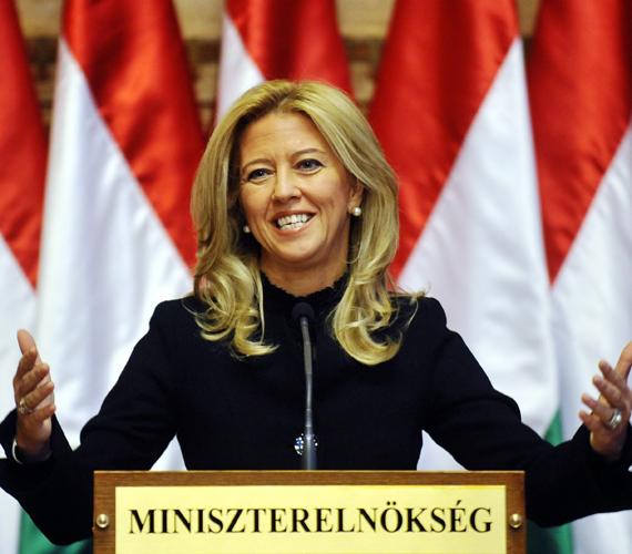 Selmeczi Gabriella Fidesz-szóvivő mindeközben arról beszélt, a forint azért zuhan, mert spekulánsok támadják hazánkat, akik most tértek vissza a szilveszteri buli után.