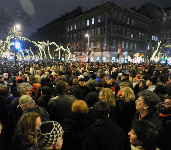 A civilek tüntetésével kezdődött az év, tízezrek vonultak utcára a demokrácia leépítése ellen.