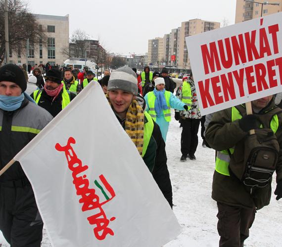 Hétfőn indult az éhségmenet Miskolcról. A tüntetők Budapestre tartanak - gyalog.