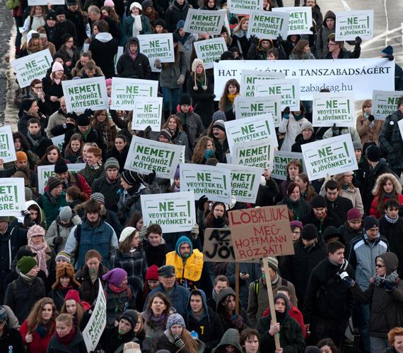 Szerdán a diákok elfoglaltak egy előadótermet az ELTE épületében. Az önköltséges képzésnek nevezett tandíj ellen tiltakoztak.
