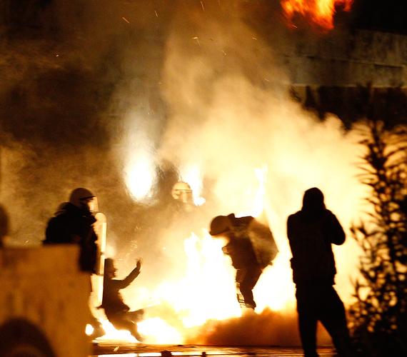 A görögök a megszorítások ellen tüntettek, ők előadótermeket nem foglaltak el, ellenben felgyújtották a fél várost.