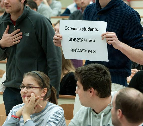 A Corvinus Egyetem hallgatói nemcsak az aulában, a teremben is hangot adtak véleményüknek - egy táblával.