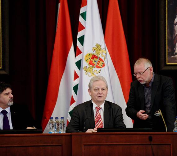 Tarlós István és Bagdy Gábor pénzügyi főpolgármester-helyettes beszélgetnek a Fővárosi Közgyűlés ülésén, a Városházán. Elfogadták a főváros költségvetését.