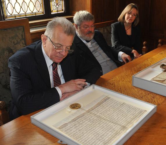 Schmitt Pál doktori disszertációja kapcsán felmerült a plágiumgyanú, a Köztársasági Elnöki Hivatal tagadta, hogy az elnök lopott.
