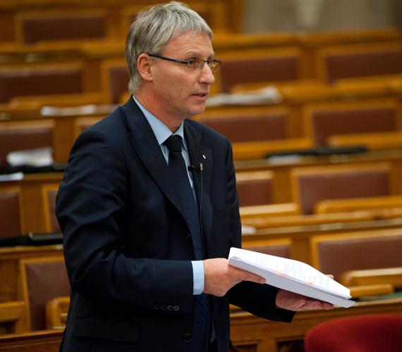 Soltész Miklós államtitkár hátrányos helyzetűeknek jelentett be üdültetési programot.
