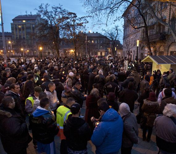 Megemlékezés a Mátyás téren a 2009-es tatárszentgyörgyi kettős gyilkosság hároméves évfordulóján.