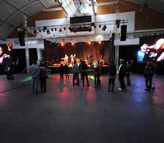Az Összefogás koncert fellépői és közönsége.