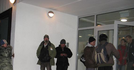 Kedd este nyitották meg az Aszódi utcai hajléktalanszállót. Az első este több mint 30-an aludtak az átadás előtt álló, a hideg miatt megnyitott helyen.