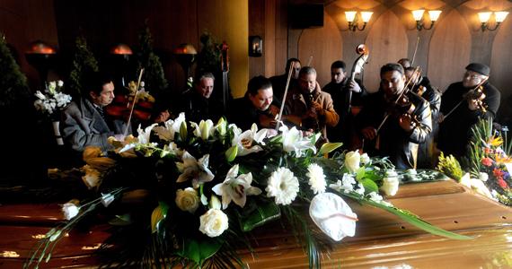 Cigányzenészek játszanak a Costa Concordia olasz óceánjáró hajó balesetében 38 éves korában elhunyt hegedűművész, Fehér Sándor ravatalánál a kispesti temetőben. Fehért hősként tisztelik, gyerekeket mentett a süllyedő hajón.
