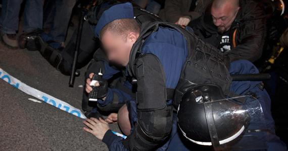 Egy rendőr földre kényszerít egy, a Magyar Ellenállók és Antifasiszták Szövetségének tüntetését megzavaró férfit Budapesten, az Új Színháznál. A MEASZ az ellen tiltakozik, hogy az Új Színház vezetését február 1-jével Dörner György vette át.