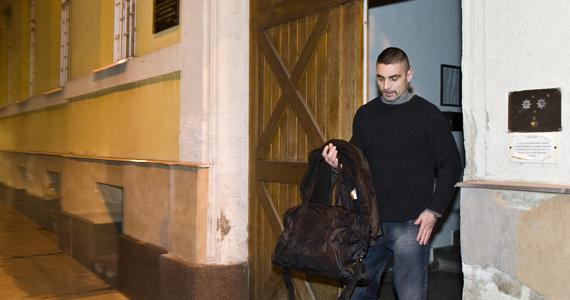 Ambrus Attila, a Viszkis néven elhíresült rabló távozik a sátoraljaújhelyi börtön és fegyházból. A 46 rendbeli rablás, közte számos pénzintézet elleni fegyveres támadás miatt elítélt férfi hajnali három óra előtt néhány perccel hagyta el a fegyintézetet, miután letöltötte büntetését.