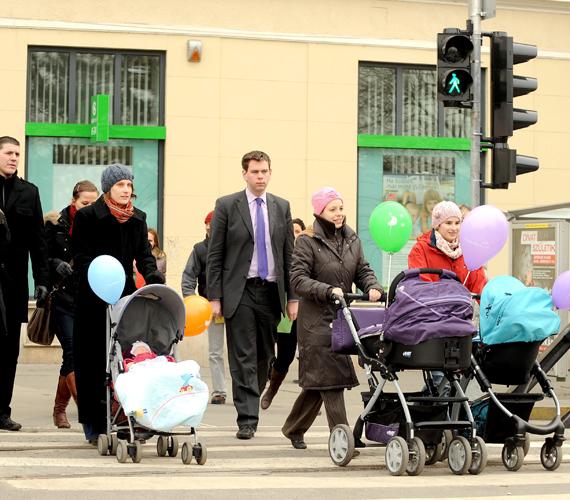 Babakocsis anyukák kelnek át a zebrán Vitézy Dávid, a Budapesti Közlekedési Központ vezérigazgatójának kíséretében.