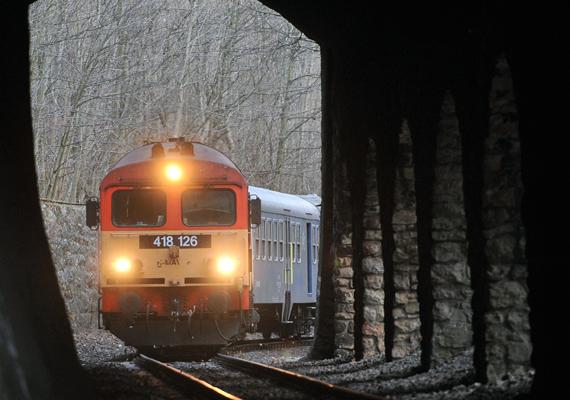 A MÁV 2012 áprilisától számos vasútvonalon jelentősen ritkítja járatait. Többek között a Győr-Veszprém és a Komárom-Székesfehérvár vasútvonal forgalma minimálisra, napi két személyvonatpárra korlátozódik, a Székesfehérvár-Porpác fővonalon pedig a személyvonatok számát csökkentik.