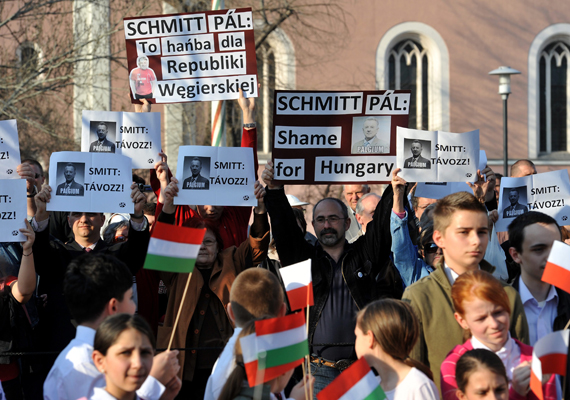 A lengyel-magyar barátság napja alkalmából Schmitt Pált meglátogatta a lengyel államfő. A két politikust tüntetők várták, akik a plágiumgyanúba került Schmitt távozását követelték.
