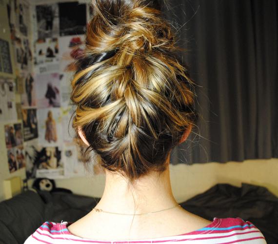 A hajadat lentről, a nyakad tövétől kezdve is befonhatod - a szélálló megoldás egészen egyedi.