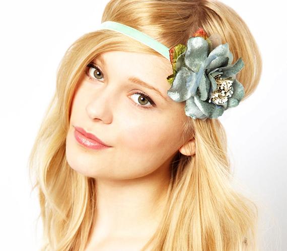 Válassz nagy virágos hajpántot, amit aztán hippi módra húzz egészen mélyre a homlokodon! A tincseid így biztosan nem tudnak összegubancolódni.