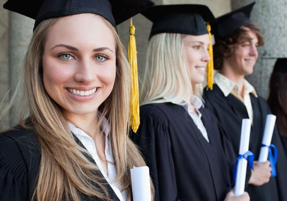 A diplomás gyed 2014. január 1-jétől él, és az a hallgató vagy frissen diplomázott szülő jogosult a folyósítására, aki a szülést megelőző két éven belül felsőfokú képzés nappali tagozatán két aktív félévet meghaladó hallgatói jogviszonnyal rendelkezik, és a nappali tagozatos hallgatói jogviszony fennállása alatt vállal gyereket, akit saját háztartásában nevel. A juttatás összege havi nagyjából 70 ezer forint. Bővebben ebben a cikkünkben olvashatsz róla.