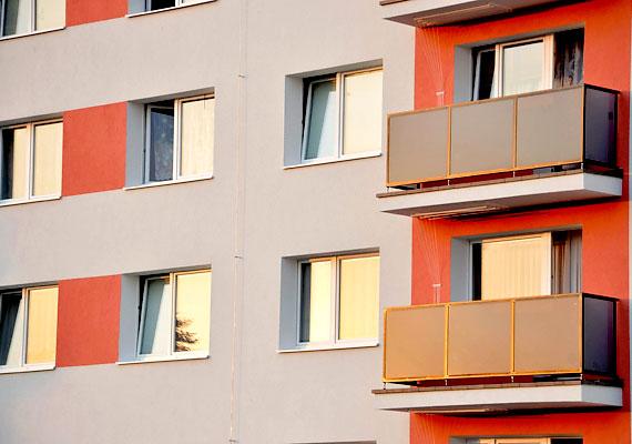 Egy-egy lakás esetében 350 és 650 ezer forint körüli támogatást jelent majd az Otthon Melege Program, amelyre március 9-től lehet jelentkezni. 4-60 lakásos panel és tégla társasházak pályázhatnak, a támogatási intenzitás pedig 50%-os lesz. A cél, hogy az érintett ingatlanok energiahatékonysága legalább két kategóriát tudjon javulni. Részletesen információkért olvasd el korábbi cikkünket.