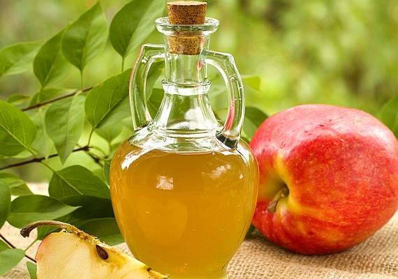 Ha almaecettel öblögetsz, az eltávolítja a lepedéket. Ne alkalmazd rendszeresen, mert érzékennyé válhatnak a fogak.