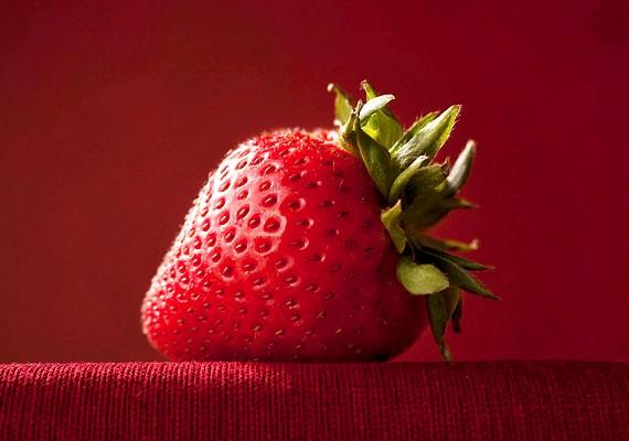 Az eper az egyik legerősebb fogfehérítő. Törj össze villával néhány szemet, és az így kapott péppel dörzsöld be a fogad, majd öblítsd ki.