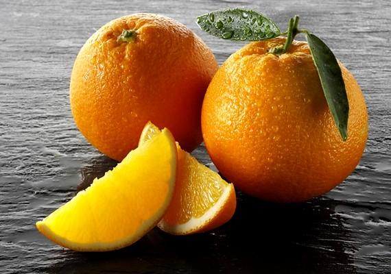 A narancs, különösen a héj alatt lévő fehér rész, szintén erős fogfehérítő. Pucold meg a narancsot, és a héj belső felével dörzsöld át a fogadat.