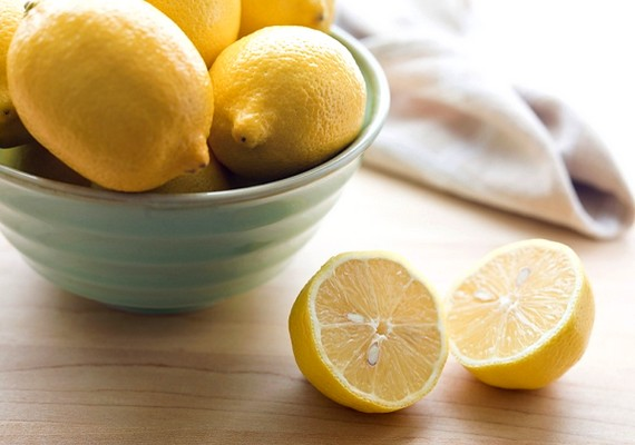 Használhatsz citromlevet is a fogaid kifehérítésére, és fokozhatod a hatást, ha összekevered egy kis szódabikarbónával. A keveréket ritkán használd, mert erősen maró hatású.