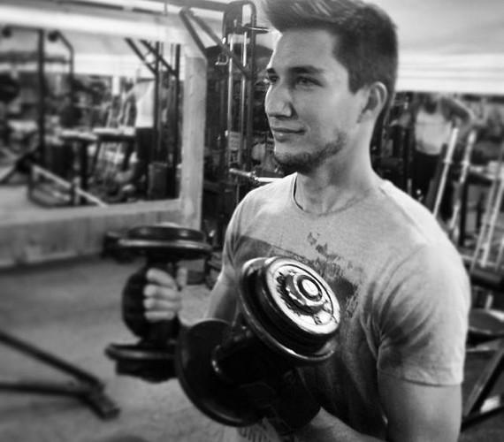 Dénes ad a külsejére, számára fontos az egészség és a jó kondíció is, ezért hetente többször is időt szakít az edzésre.