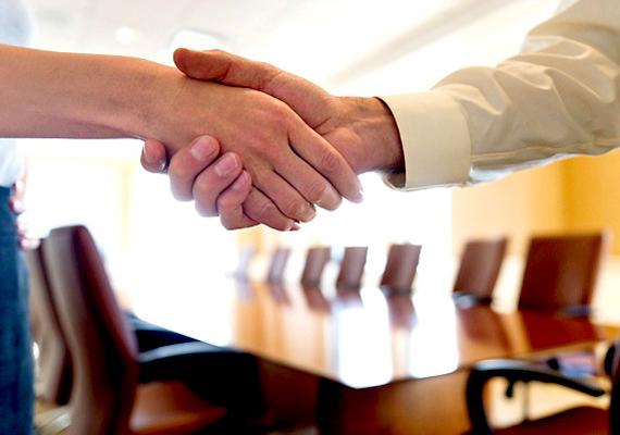 Ne akarj rögtön személyes, baráti kapcsolatot kialakítani a főnökkel, mert valószínűleg ő sem díjazza, és a kollégák is ferde szemmel néznek majd rád, ha túl közvetlen vagy a feletteseddel.