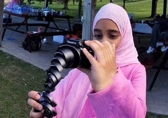 Íme, a fényképezőgépek új generációja, a teleszkópos fényképező! Olyan, mint gyerekkorunk összecsukható kirándulópohara, ami nélkül nem lehetett osztálykirándulásra indulni.
