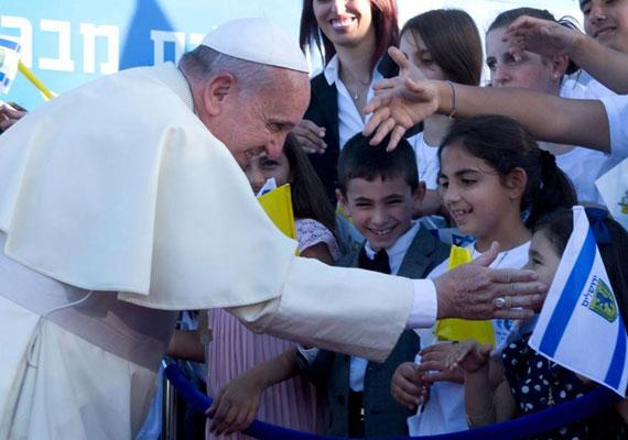 A pápa izraeli gyerekek társaságában. Közvetlen stílusa miatt sokaknak szimpatikus és rendkívül népszerű Ferenc.