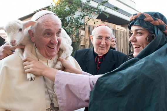 Ferenc pápa még idén januárban kereste fel az olasz Sant' Alfonso Maria de Liguori-plébániát. Egy korhű ruhába öltözött nő megtréfálta, és az egyházfő nyakába egy édes kis báránykát rakott, amit a fotósok meg is örökítettek.