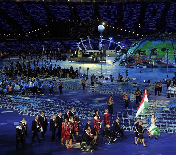 A tegnapi megnyitó. A magyar zászlót Biacsi Bernadett és Biacsi Ilona atléta ikerpár viszi.