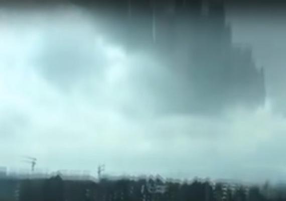 A jelenséget közvetlenül a város felett észlelték, egy szemfüles lakos videóra is vette a furcsaságot.
