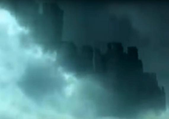 A homályos felvételen is látszik, hogy a felhők közt egy város sziluettje rajzolódott ki. A szemtanúk közül többen úgy gondolják, egy párhuzamos dimenziót láttak, amelynek kapuja rövid időre megnyílt.