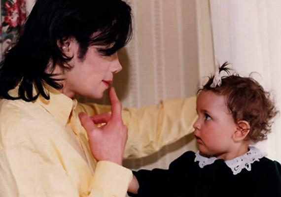 Paris tündéri, loknis hajú kisbaba volt. A képen apjával, Michael Jackson énekessel látható.
