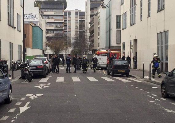 A támadók úgy juthattak az épületbe, hogy megfenyegették az egyik karikaturistát, hogy üsse be a belépéshez szükséges kódot. Ezután válogatás nélkül tüzelni kezdtek a bent lévőkre.