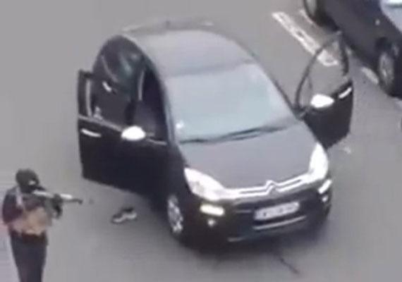 Megdöbbentő, hogy a fegyveresek a támadás után simán elmenekülhettek a helyszínről autójukkal. A hírek szerint azóta már másik járműben ülnek, a rendőrség azonban még nem kapta el őket.
