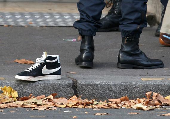 Francia rendőr egy elhagyott cipő mellett a terrortámadás utáni reggelen, a Bataclan koncertterem közelében.