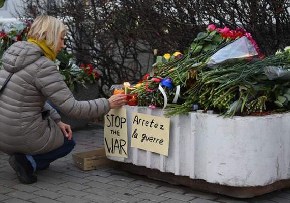 Az áldozatokra emlékeznek a francia nagykövetség előtt Moszkvában. Budapesten is tartanak megemlékezést, a Tranzit közösség felhívása szerint szombat este 6 órakor gyertyagyújtással emlékeznek meg az áldozatokról a budapesti Szent István-bazilikánál.