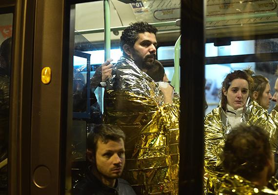 Kimenekített emberek egy buszon a párizsi Bataclan koncertterem közelében, miután az épületben mintegy száz embert túszul ejtettek 2015. november 13-án. A francia fővárosban késő este több összehangolt merényletet követtek el.