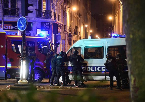 Rendőrök a párizsi Bataclan koncertterem közelében. Először a belvárosi X. kerületben, a Le Petit Cambodge nevű étterem környékén dördültek lövések, majd az onnan nem messze található Bataclan nevű koncertterem előtt, később pedig a rue Charonne környékén is. A koncertteremnél mintegy száz embert ejtettek túszul, illetve a belvárosi Les Halles bevásárlóközpontnál is lövöldözés zajlott.