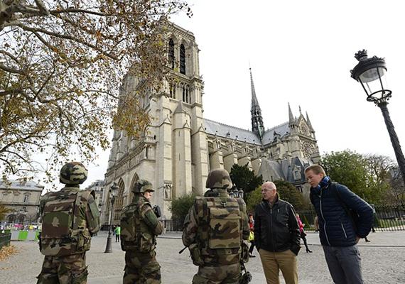 Szintén ma reggel: francia katonák járőröznek a párizsi Notre Dame-nál.