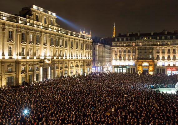 Lyonban, Franciaország második legnagyobb városában tízezrek vonultak utcára este, hogy megemlékezzenek a 12 áldozatról és kiálljanak a sajtó szabadsága mellett. A Charlie Hebdót már többször is megfenyegették muzulmán szélsőségesek karikatúráik miatt.