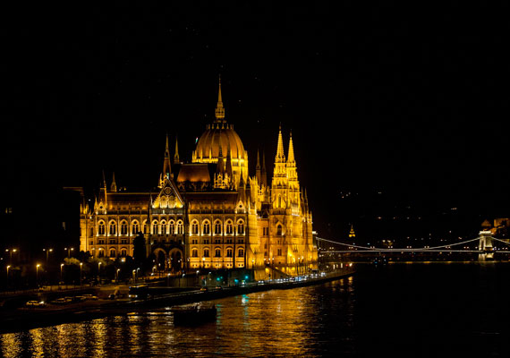 Már nem csak a Dunáról, vagy Budáról lehet gyönyörködni a kivilágított Parlamentben esténként. A Dunára néző homlokzat mostani díszkivilágítását 2011-ben kapta.
