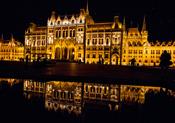 Több mint 760 fényforrást használtak fel az épülethez. Égők kaptak helyet a homlokzaton kívül egyes dísznövényekben és a Kossuth tér térkövei közt is.