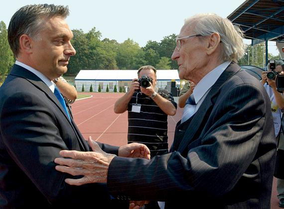 A teljes lista legmeglepőbb neve a 86 éves Grosics Gyula, az aranycsapat kapusa. Az exfocista 2011 óta 21 alkalommal kapott pénzt a Fidesztől, 190 és 400 ezer forint közötti összegeket. A pénzt főként tanácsadásra és háttérinformációk gyűjtésére kapta.