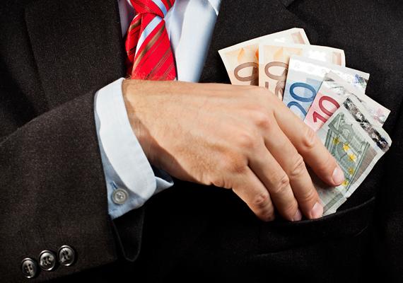 Az MSZP legalább három alkalommal szerződtette kiadványterjesztésre a Népszavát, összesen körülbelül 9 millió forint értékben, 2011-ben és 2012-ben.