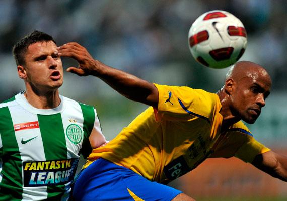 Sowumni Thomas - a kép jobb oldalán - az 1990-es évek közepe óta Magyarországon futballozik. A jelenleg az Ajka csapatában játszó sportoló Székesfehérváron a Lehet Más a Politika - LMP - jelöltje lesz.