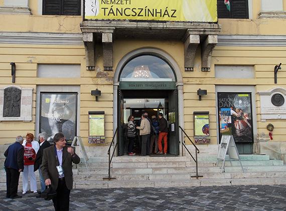 A Nemzeti Táncszínház előtt a kellemetlen idő ellenére tömegek várták a bejutást a párválasztó bulira.